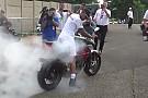 VÍDEO: Hamilton faz burnout com moto após vitória na Hungria