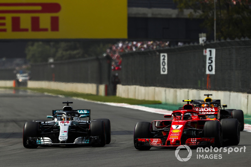 Kimi Raikkonen, Ferrari SF71H, battles with Lewis Hamilton, Mercedes AMG F1 W09 EQ Power+