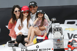 Race winner Juan Pablo Montoya, Team Penske Chevrolet with wife Connie and kids