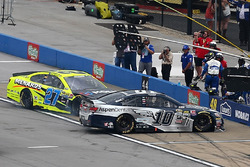 Danica Patrick, Stewart-Haas Racing Chevrolet, Paul Menard, Richard Childress Racing Chevrolet pit incident