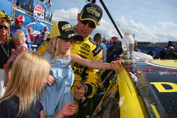 Race winner Matt Kenseth, Joe Gibbs Racing Toyota with his daughters Clara, Kaylin and Grace