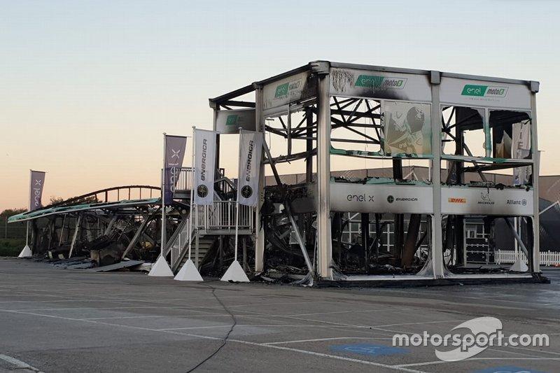 Un incendio arrasa el paddock de MotoE en Jerez