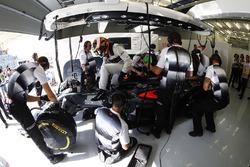 Stoffel Vandoorne, McLaren MP4-31 in the garage