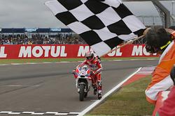 Андреа Довіціозо, Ducati Team катить мотоцикл через фінішну лінію
