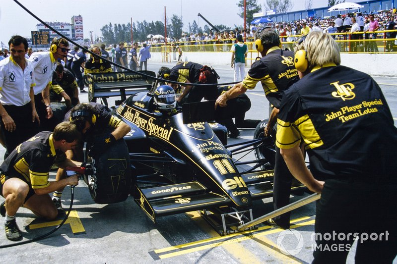 Johnny Dumfries, Lotus 98T Renault, makes a pitstop