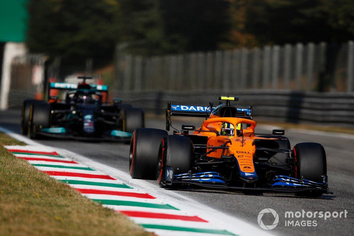 Lando Norris, McLaren MCL35M , Lewis Hamilton, Mercedes W12