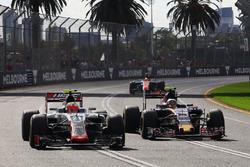 Esteban Gutierrez, Haas F1 Team VF-16 and Carlos Sainz Jr., Scuderia Toro Rosso STR11 battle for position