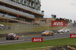 Crash: Garth Tander, Warren Luff, Holden Racing Team; Will Davison, Jonathon Webb, Tekno Autosports, Holden; Scott McLaughlin, David Wall, Garry Rogers Motorsport, Volvo
