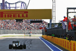 Winner Nico Rosberg, Mercedes AMG F1 Team W07 takes the chequered flag at the end of the race