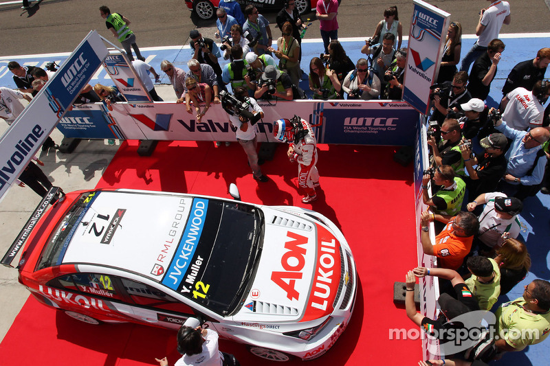 Yvan Muller claims 33rd career win in Budapest