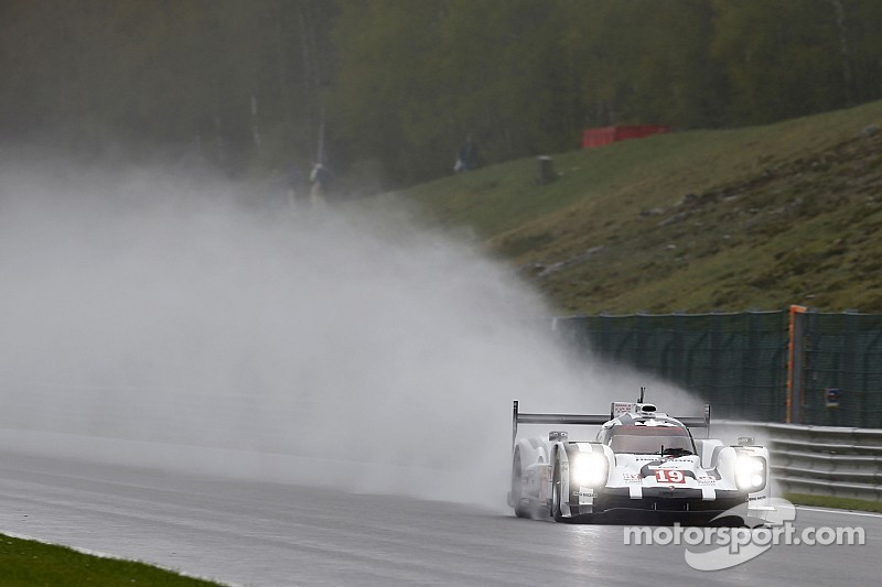 Porsche lideró una segunda práctica mojada en Spa