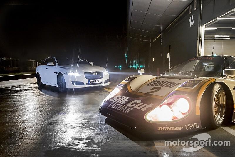 Andy Wallace rijdt in Le Mans winnende Jaguar XJR9-LM en XJR