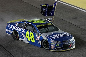 NASCAR Sprint-Cup Rennbericht Dramatischer 7. NASCAR-Titel für Johnson nach Crash Edwards vs. Logano