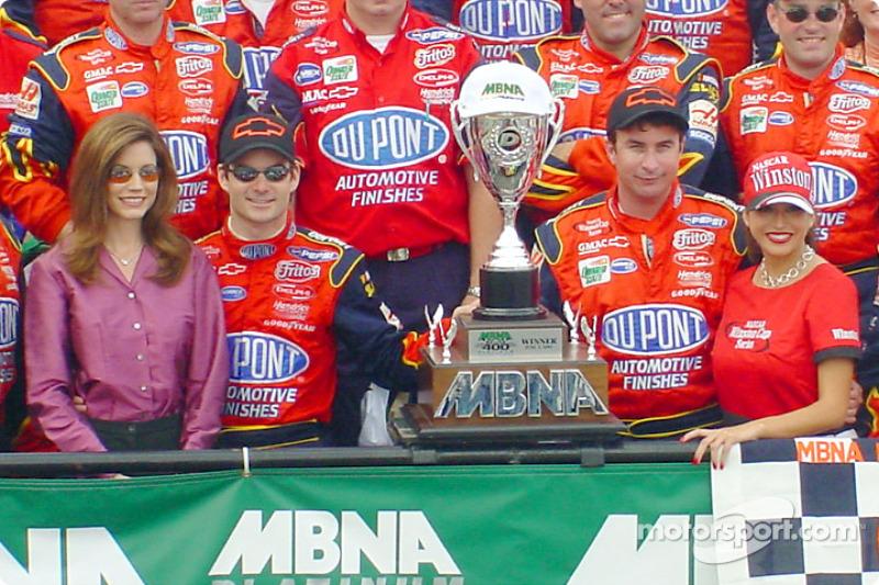 Race winner Jeff Gordon and the Hendrick Motorsports crew