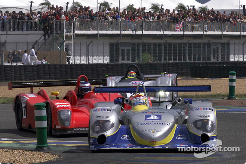 Seiji Ara leads Panoz and Ascari at the start