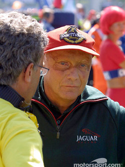 Heavy discussion on the starting grid: Eddie Jordan and Niki Lauda
