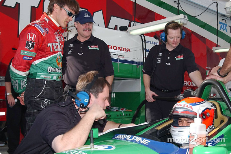 Shinji Nakano discussing with engineer Martin Paré and Adrian Fernandez