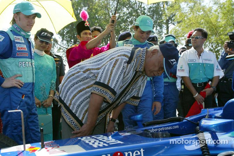 Petronas day in Kuantan, Malaysia: Sultan of Pahang checking the C21 with Nick Heidfeld and Felipe Massa