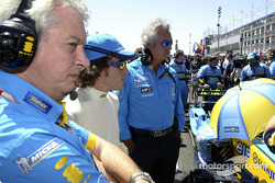 Pat Symmonds, Fernando Alonso and Flavio Briatore on the starting grid