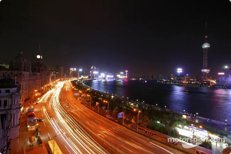 Promenade Zhongshan Dong by night