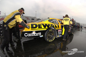 Matt Kenseth crew push his car to the garage
