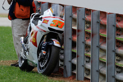 Marco Melandri, San Carlo Honda Gresini crashes on the first lap