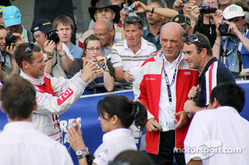 Tom Kristensen takes a pictures of Dr. Wolfgang Ullrich and Nigel Mansell