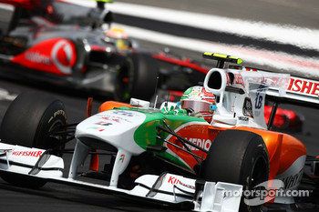 Vitantonio Liuzzi, Force India F1 Team leads Lewis Hamilton, McLaren Mercedes