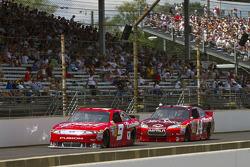 Kasey Kahne, Richard Petty Motorsports Ford, Tony Stewart, Stewart-Haas Racing Chevrolet