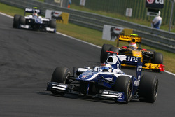 Rubens Barrichello, Williams F1 Team leads Vitaly Petrov, Renault F1 Team