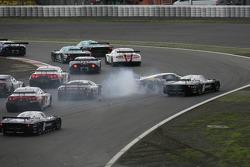 Start: #41 Marc VDS Racing Team Ford GT: Markus Palttala, Renaud Kuppens and #33 Triple H Team Hegersport Maserati MC12: Altfrid Heger, Alex Müller crash