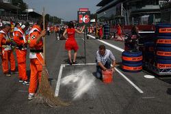 Sebastien Buemi, Scuderia Toro Rosso grid position has some oil cleaned up