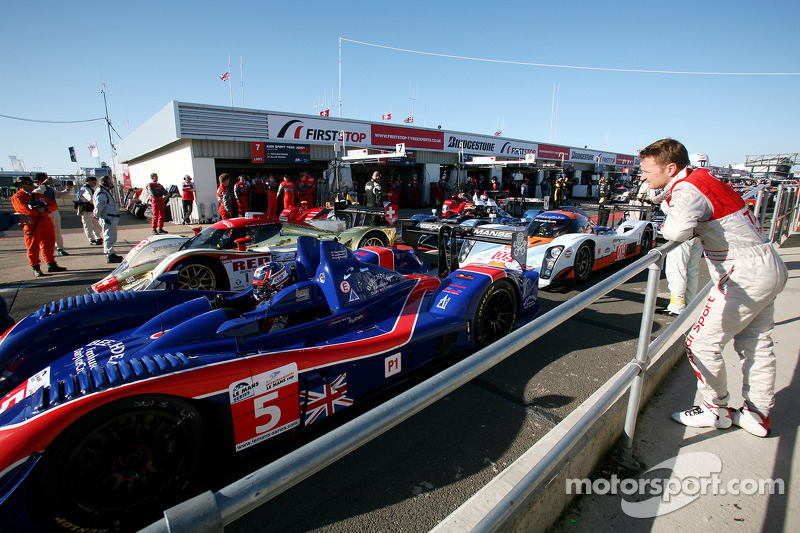Allan McNish checks out the #5 Beechdean Mansell Ginetta-Zytek 09S: Leo Mansell, Greg Mansell