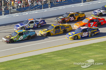 David Ragan, Roush Fenway Racing Ford leads a group of cars