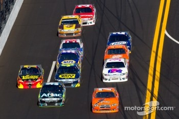 Robby Gordon, Robby Gordon Motorsport Dodge and Carl Edwards, Roush Fenway Racing Ford lead a group of cars