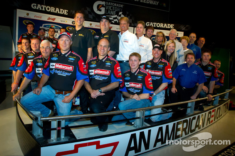 Champion's breakfast: 2011 Daytona 500 winner Trevor Bayne, Wood Brothers Racing Ford with the Wood Brothers team members