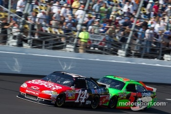 Tony Stewart, Stewart-Haas Racing Chevrolet and Mark Martin, Hendrick Motorsports Chevrolet