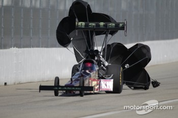 Del Worsham deploys the parachutes on his Al Annabi Racing Top Fuel dragster