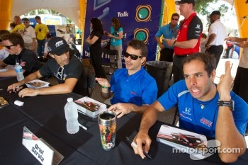 Autograph session: Raphael Matos, AFS Racing, Oriol Servia, Newman/Haas Racing and Vitor Meira, A.J. Foyt Enterprises