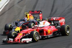 Kimi Räikkönen, Ferrari SF16-H; Max Verstappen, Red Bull Racing RB12