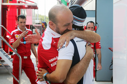 Felipe Massa, Williams, mit Mechanikern von Ferrari