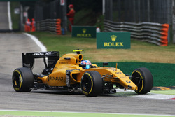 Jolyon Palmer, Renault Sport F1 Team RS16 with a broken front wing