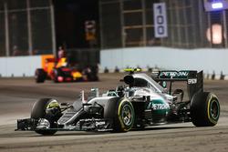 Nico Rosberg, Mercedes AMG F1 W07 Hybrid leads Daniel Ricciardo, Red Bull Racing RB12