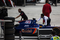 GP2 Fotos - A GP3 ART Grand Prix mechanic helps Sergio Canamasas, Carlin push his car back into the garage
