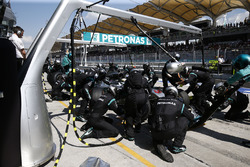 Lewis Hamilton, Mercedes AMG F1 W07 Hybrid, pit action