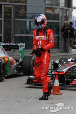Red overalls for McLaren in China