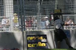 Oriol Servia's pit board