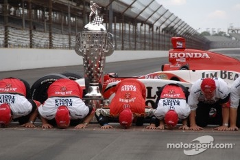 Race winner Dan Wheldon and Andretti Green Racing crew member kiss the Brickyard