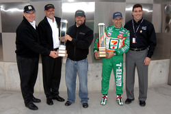 Pole winner Tony Kanaan celebrates with team boss Michael Andretti