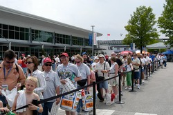 Throngs of fans line up for autographs